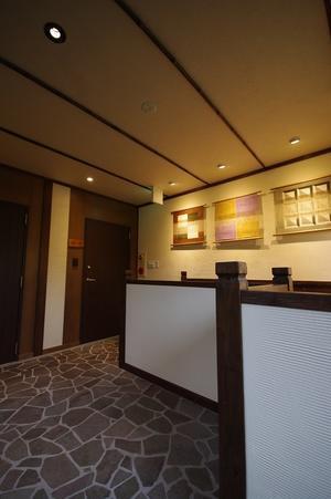 旅館リノベーション改修設計事例『客室入口ドアの改修引き戸から遮音性の高い開きドアへ』 -