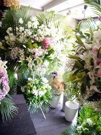 ご葬儀のスタンド花。白石区中央2条の斎場にお届け①。2019/07/20。 - 札幌 花屋 meLL flowers