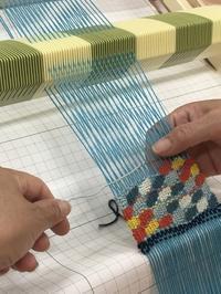 プーリング糸の色変わりを利用したスパニッシュレースをみんなで。 - 手染めと糸のワークショップ
