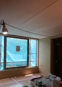リビング(上)のシナ天井 - atelier kukka architects