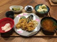 【献立】野菜の天ぷら、小松菜の煮浸し、茄子のピリ辛味噌煮、マカロニときゅうりのマヨサラダにカリフラワー、豆腐のお味噌汁、日本酒 - kajuの■今日のお料理・簡単レシピ■