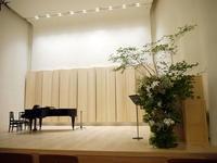 ソプラノ・リサイタルのステージ装花。北4条西6の「ふきのとうホール」。2019/08/01。 - 札幌 花屋 meLL flowers