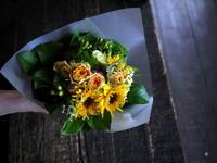 退職される女性へ花束。「黄色~オレンジ系、明るい色合い」。2019/08/02。 - 札幌 花屋 meLL flowers