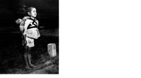 原爆投下「焼き場に立つ少年」 - 娘といっしょ