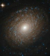ハッブル宇宙望遠鏡が捉えたおおぐま座の美しい渦巻銀河NGC2985の最新画像 - 秘密の世界        [The Secret World]