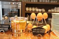 【50代主婦が姉妹でパリへ】連日の強行軍を反省し、今朝はゆったり朝食を。パリのプチホテルの朝食模様 - ツルカメ DAYS