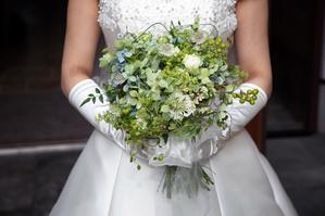 卒花嫁アルバム 軽井沢有明邸の花嫁様と花婿様、ハプニングを前に一花屋にできることすべて - 一会 ウエディングの花