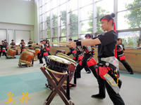 施設への心を込めて慰問、慰問をしたのは関東学園高等学校和太鼓部の皆さんです。誠 - 皇 昇