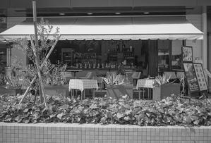 まったりとした時間を過ごすオープンカフェの透明人間 - Film&Gasoline