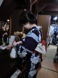 お出かけのご準備、バッグに入れ換え中。 - 京都嵐山 着物レンタル「遊月]・・・徒然日記