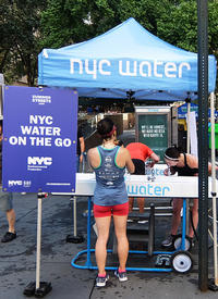 Summer Streets、NYC「ウォーター・オン・ザ・ゴー」(Water-On-the-Go) - ニューヨークの遊び方