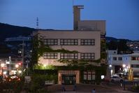 宝塚音楽学校旧校舎 - ブルーアワーの街の情景