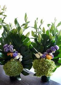 お盆のアレンジメント一対で。「背高め、紫色を入れて」。澄川4条にお届け。2019/08/14。 - 札幌 花屋 meLL flowers