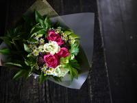ライブ出演されるご友人の女性へ花束。「ピンクや赤等」。2019/08/18。 - 札幌 花屋 meLL flowers