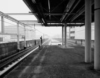 剥き出しの都市が、煙った線路の消失点に センター南にて - 横須賀から発信   プラス プロスペクトコッテージ 一級建築士事務所