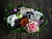 お誕生日のハンドル付きタルト型アレンジメント。「にぎやか」。2019/08/23。 - 札幌 花屋 meLL flowers