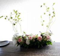 教会での追悼ミサで、お写真の前に置くアレンジメント。北1東6にお届け。2019/08/25。 - 札幌 花屋 meLL flowers