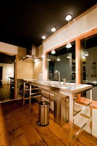 窓越しのテーブルキッチン - 函館の建築家 『北崎 賢』日々の遊びと仕事