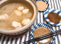 鶏つみれと、キャベツ、大根の鍋、3つタレ添え - Minha Praia