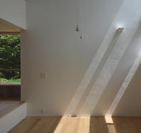 光が射す漆喰壁と落ちるペンダント - atelier kukka architects