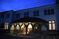 京都大学楽友会館 - ブルーアワーの街の情景