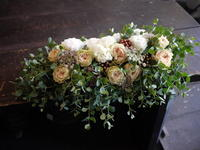 むかわ町のお寺での仏前式(結婚式)に①。新郎新婦席と、ケーキ装花。2019/08/29。 - 札幌 花屋 meLL flowers