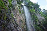 源流の滝でミストを浴びる阿古滝 - 峰さんの山あるき