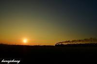 夕陽と汽車がある風景 - 夕暮れと蒸気をおいかけて・・・