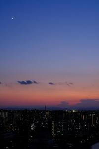 夕刻の月 / X-T3 + XF35mmF1.4 R - minamiazabu de 散歩