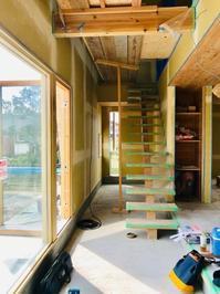 土間と木製サッシと梁と階段 - プロトハウス通信