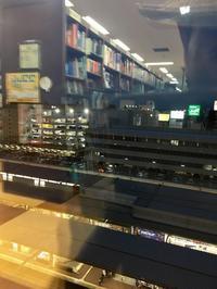 書店の窓から見下ろせば - 設計通信2 / 気になるカメラ、気まぐれカメラ