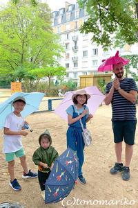 プチモンスターのはじめての雨降り傘 - パリときどきバブー  from Paris France