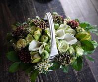 お誕生日の女性へのアレンジメント。「白~グリーン系」。北広島市広葉町にお届け。2019/09/10。 - 札幌 花屋 meLL flowers
