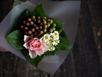 ご出産のお祝いに花束。「ピンク~白等、淡い色合い」。2019/09/10。 - 札幌 花屋 meLL flowers