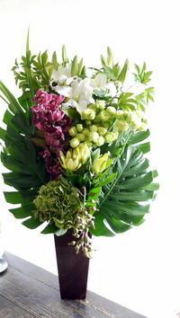ご葬儀のアレンジメント。「白~グリーンメインで」。西21丁目の斎場にお届け。2019/09/15。 - 札幌 花屋 meLL flowers