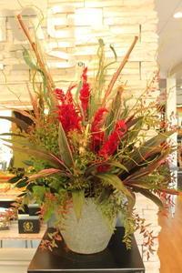 エニタイムフィットネスセンター赤羽北店様へ赤いアレンジ - 北赤羽花屋ソレイユの日々の花