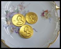 ノーベルメダルのチョコレート - 小さな幸せ