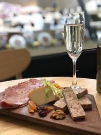 El Mercado(エルメルカド)で極上時間。ワインも生ハムもサラミもチーズも! - イロトリドリノ暮らし〜バンコク編〜
