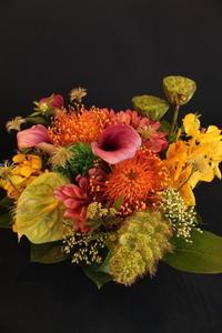 お姉さまの還暦のお祝いにアレンジメント - 北赤羽花屋ソレイユの日々の花
