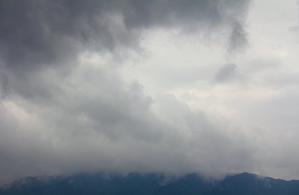 雨雲がよけて行く -