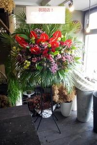 ラーメン屋さんのオープンにスタンド花。「赤基調で」。北4西6にお届け。2019/09/20。 - 札幌 花屋 meLL flowers