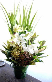 お彼岸と四十九日にアレンジメント。「白~グリーンで」。南19条にお届け。2019/09/20。 - 札幌 花屋 meLL flowers
