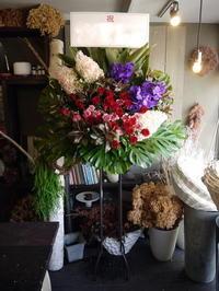Ms.OOJAさんのライブにスタンド花。「かっこいい女性のイメージ」。カナモトホール(札幌市民ホール)にお届け。2019/09/21。 - 札幌 花屋 meLL flowers