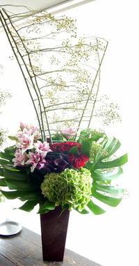 病院の増築完成祝にアレンジメント。美園3条にお届け。2019/09/21。 - 札幌 花屋 meLL flowers