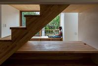 借景と物見椅子に座る女の子 - atelier kukka architects