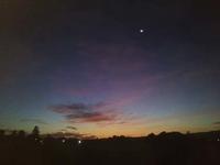 明け方の、空の端っこがオレンジになってくる頃の、紺色の上空に月が浮かぶ。 - 百笑通信 ブログ版