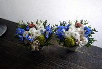 お供えのアレンジメント。「一対で。白~青系」。2019/10/03。 - 札幌 花屋 meLL flowers