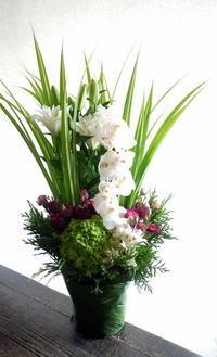 お父様の一周忌にアレンジメント。北24条にお届け。2019/10/04。 - 札幌 花屋 meLL flowers