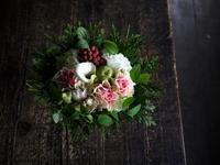 お誕生日の女性へのアレンジメント。「白~ピンク、少し赤等」。2019/10/05。 - 札幌 花屋 meLL flowers