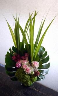 お供えのアレンジメント。「バラも使って大丈夫」。2019/10/06。 - 札幌 花屋 meLL flowers